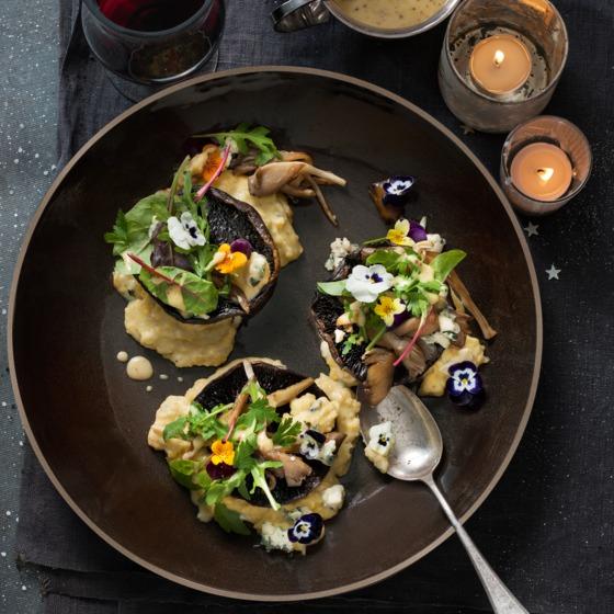 Portobello met roquefortpolenta en bloemensalade