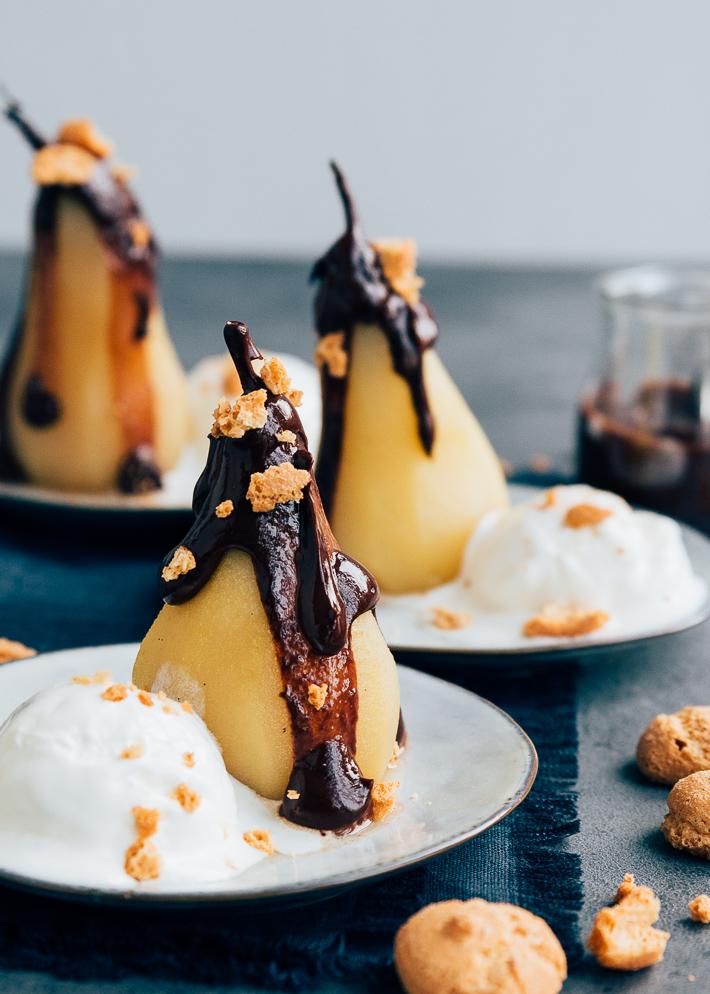 Gepocheerde peren met warme chocoladesaus